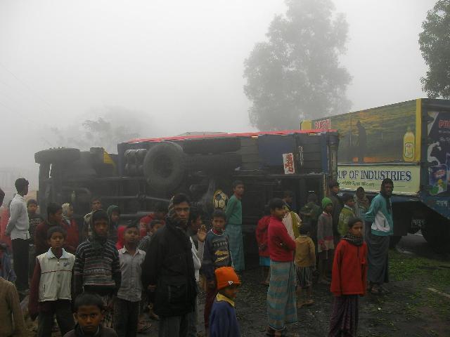 バングラデシュで交通事故 / 集まる野次馬たち(2008年1月)