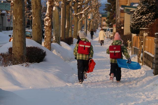 極寒の地でも楽しそうな子供達の通学の様子