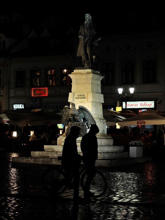雨の夜、街の広場