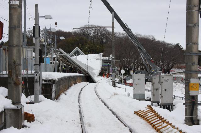 大雪で倒壊したこどもの国駅のホームの屋根