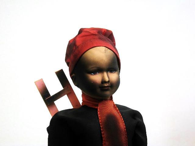 変わった服装をした男の子(女の子かな?)の人形