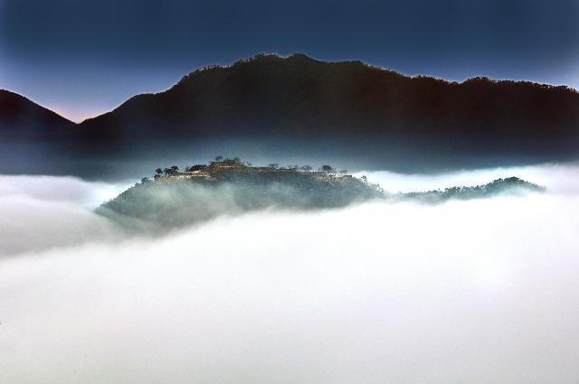 雲海に浮かぶ竹田城址