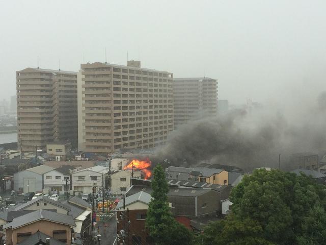 激しい炎を噴き上げ住宅炎上