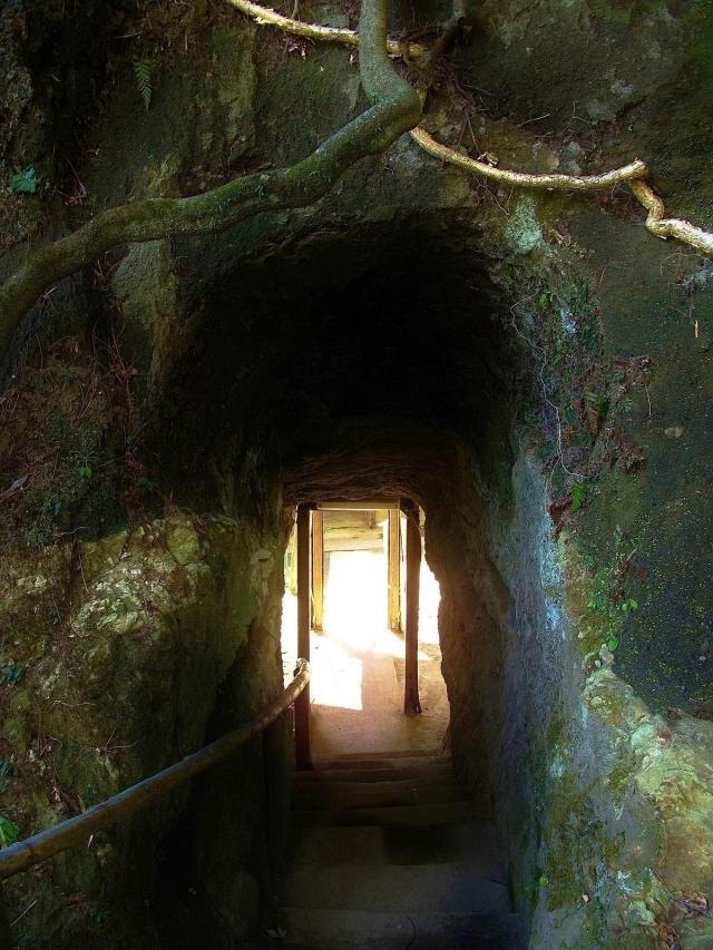 浄智寺、岩のトンネル