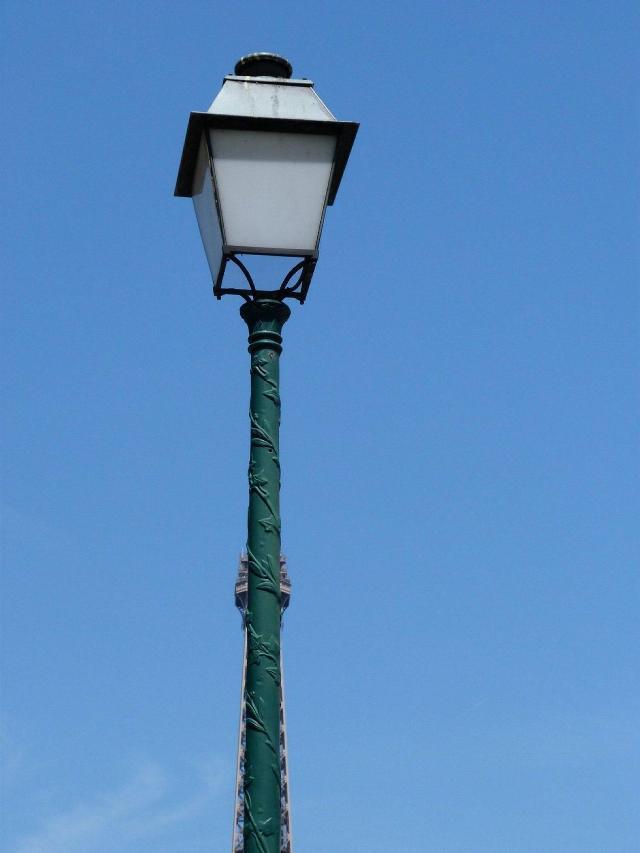 エッフェル塔より高く見える街灯
