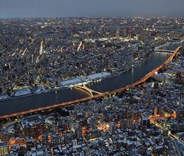 大雪の東京をスカイツリー上空から。
