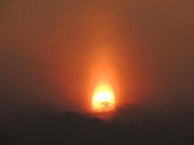 蝋燭の炎のようなサンピラー(太陽柱)現象