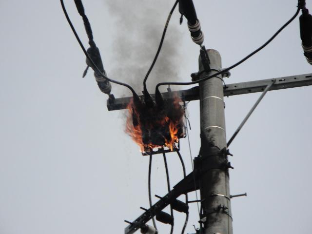 暑さのせいか電柱も火を吹く