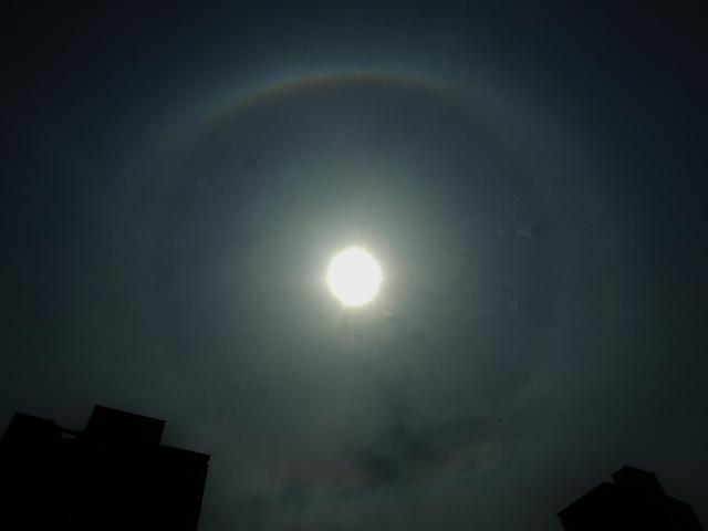 楕円形に輝く珍しいハロ???