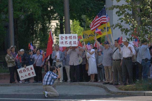 写真撮影をする、中国反日デモ参加者