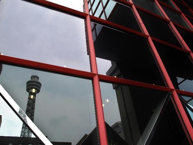 ガラス窓に映るマリンタワー