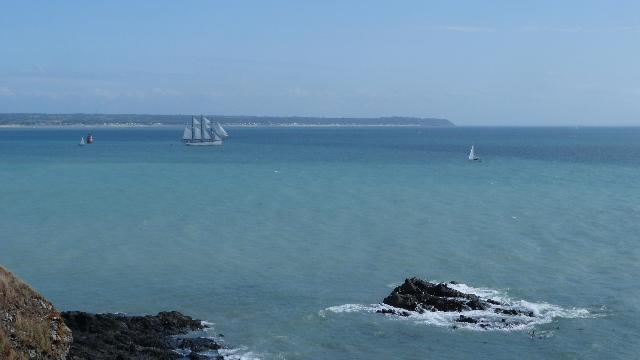 モンサンミシェルから遠くないGranvilleグランヴィル港沖に浮かぶ帆船
