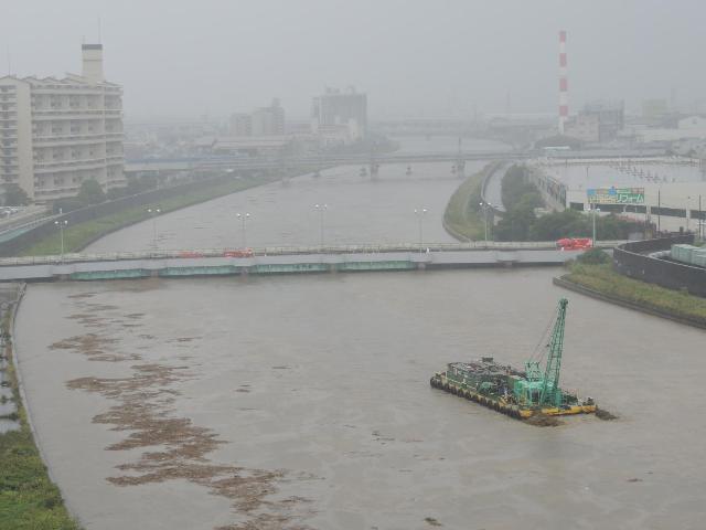 無人のクレーン台船あわや国道の橋脚に衝突