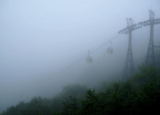 雲中のロープウェイ