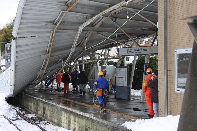 大雪で倒壊したこどもの国駅のホームの屋根 その3