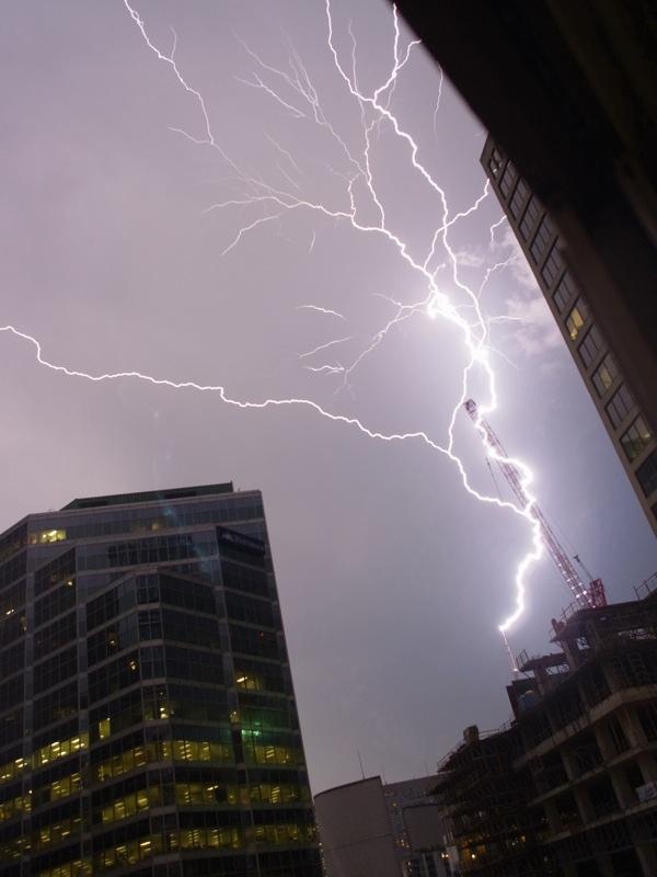 トロント(カナダ)を襲った落雷の瞬間