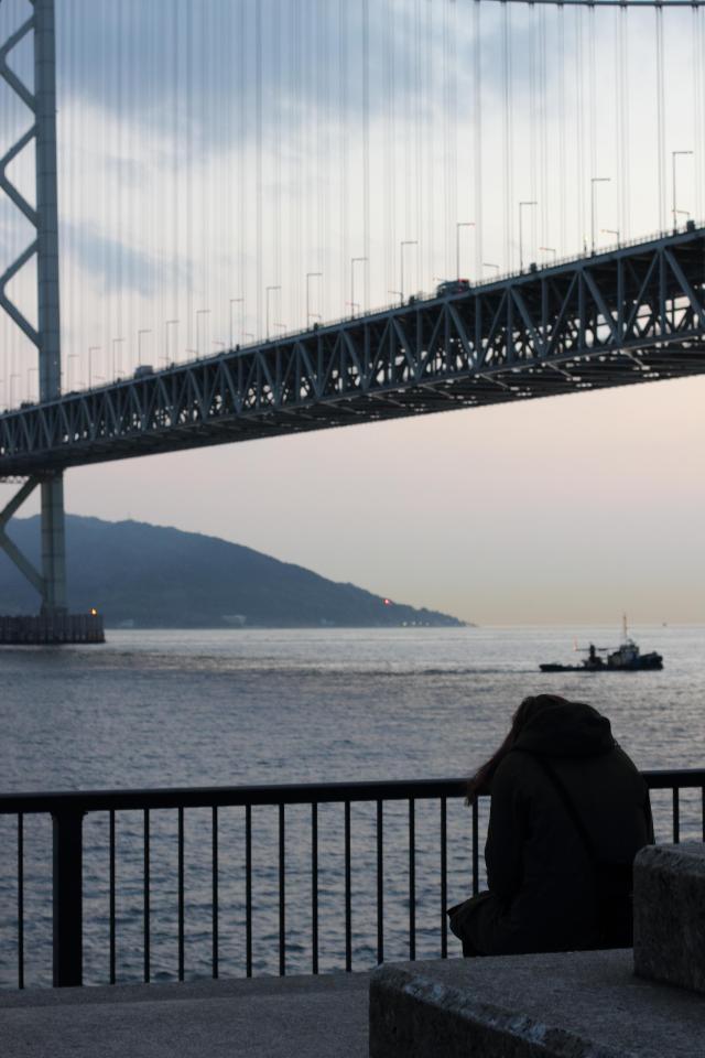 橋の前を。