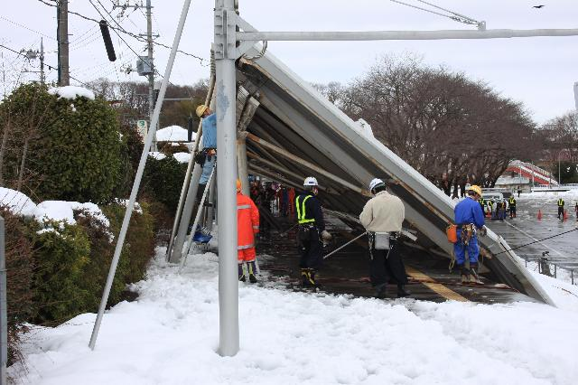 大雪で倒壊したこどもの国駅のホームの屋根 その2