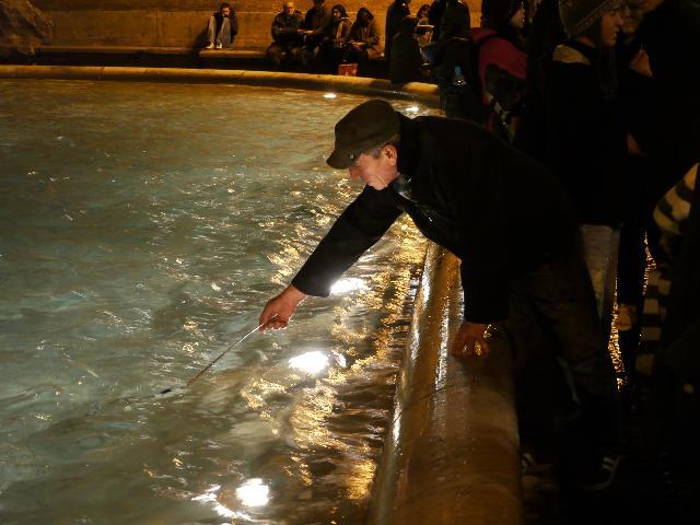 イタリア・ローマのトレビの泉でコインを盗む男性(2009年12月)